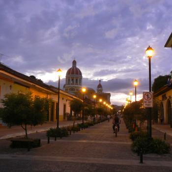 De nacht valt over schitterend Granada
