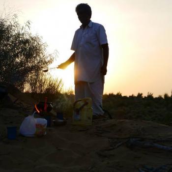 Kamelentocht in de woestijn en eten wordt bereid