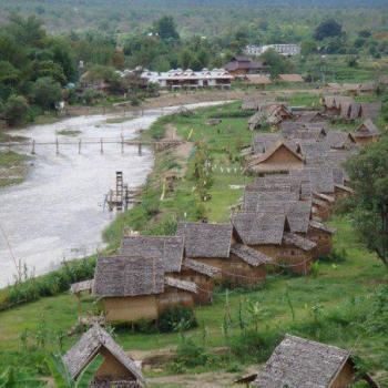 Bamboo hutjes aan de rivier in Pai.