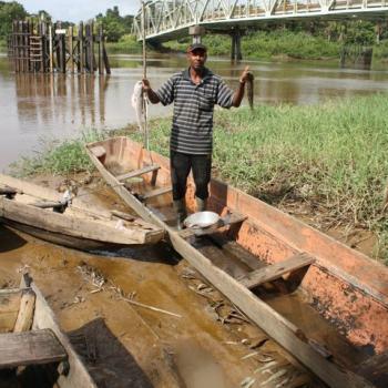 Surinamer aan het vissen