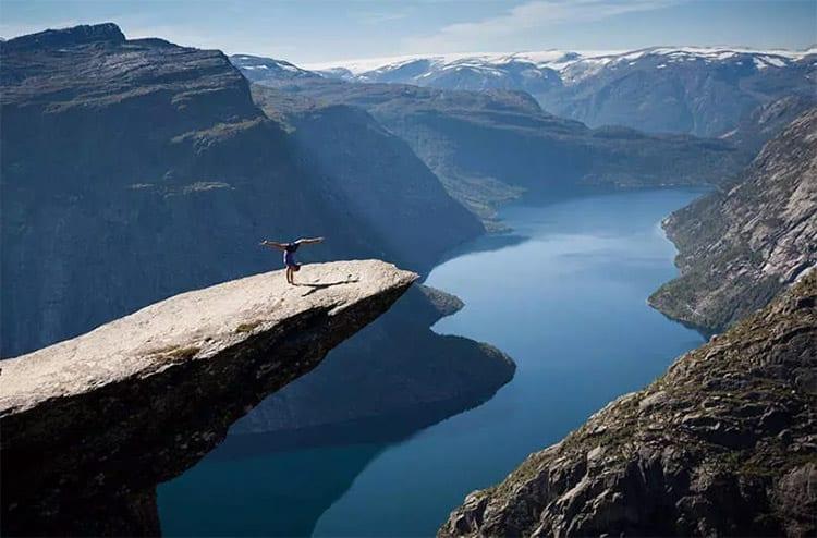 Wat yoga doen op de Trolltunga, Noorwegen