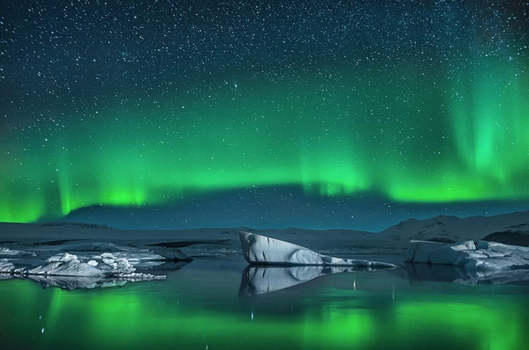 IJsbergen onder het Noorderlicht in IJsland