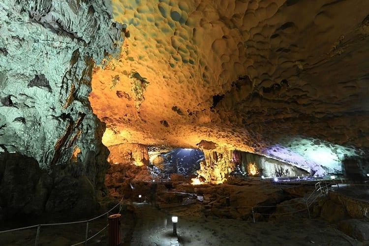 Kalkstenen grot in Halong Bay