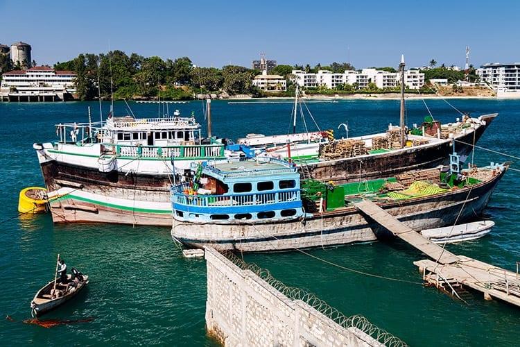Vrachtschepen dichtbij de oude haven van Mombasa