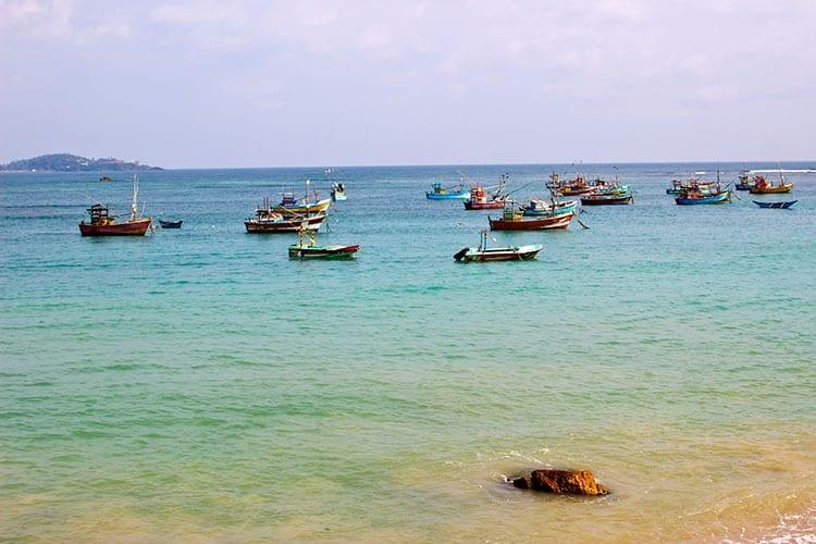 Vissersboten in de zee bij Negombo