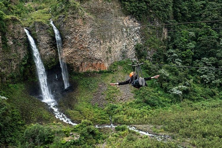 Zip-line bij de Manto de la Novia waterval langs de Cascades route