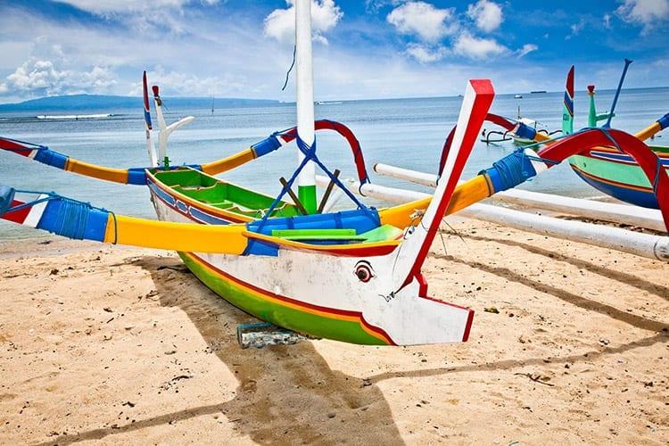 Vissersboot op het strand van Nusa Dua