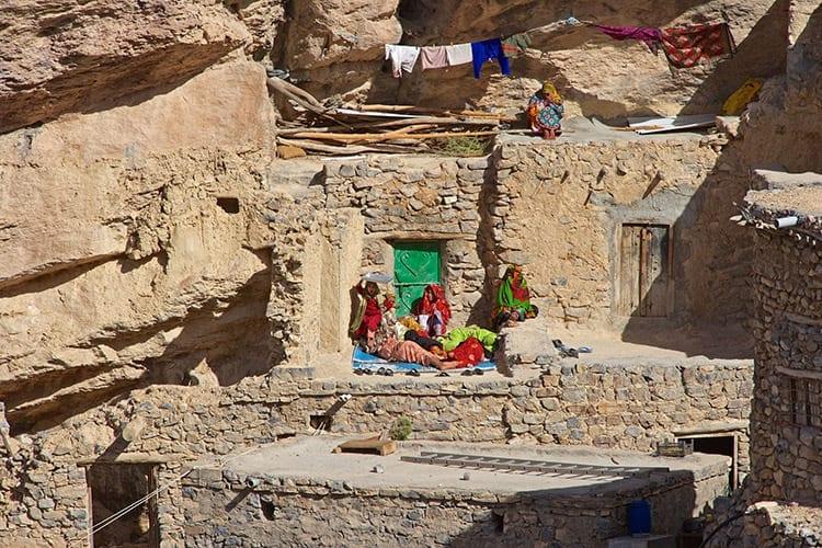 Traditionele stenen huisjes tegen de rots gebouwd, Djabal Achdar